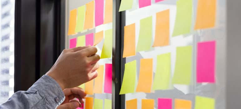Post-its in different colors on a panel